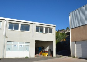 Plateau aménageable de 85 m² au centre d'une zone d'activité ( lot n°7)